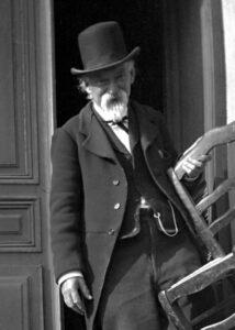 Das Foto von Cézanne vor seinem Atelierhaus wurde 1906 von Gertrude Osthaus gemacht.