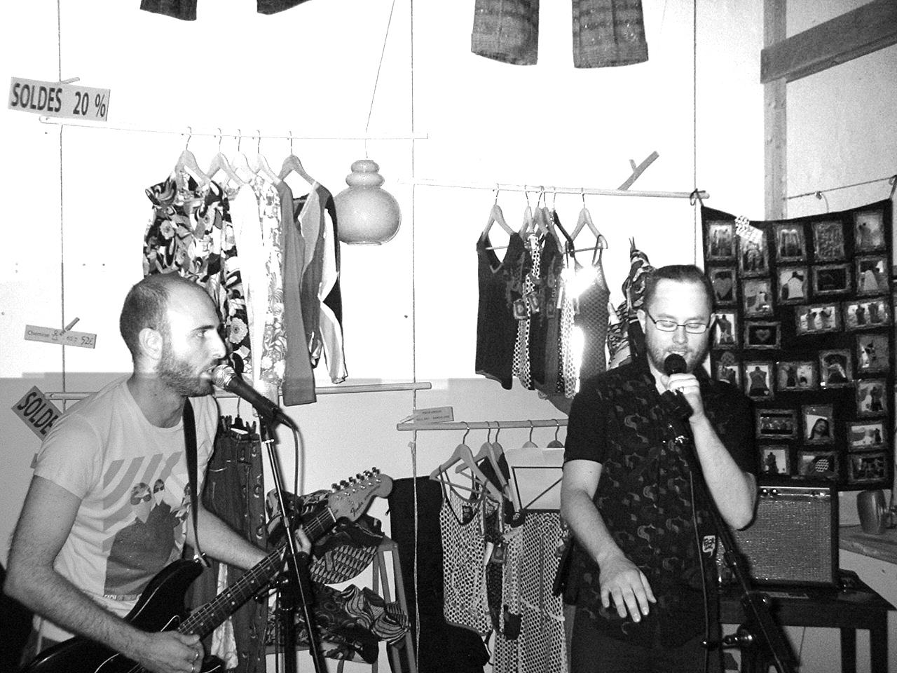 Concert improvisé dans une boutique à Marseille, cours Julien, avec Frédéric Nevchehirlian et Jürg Halter (2008).